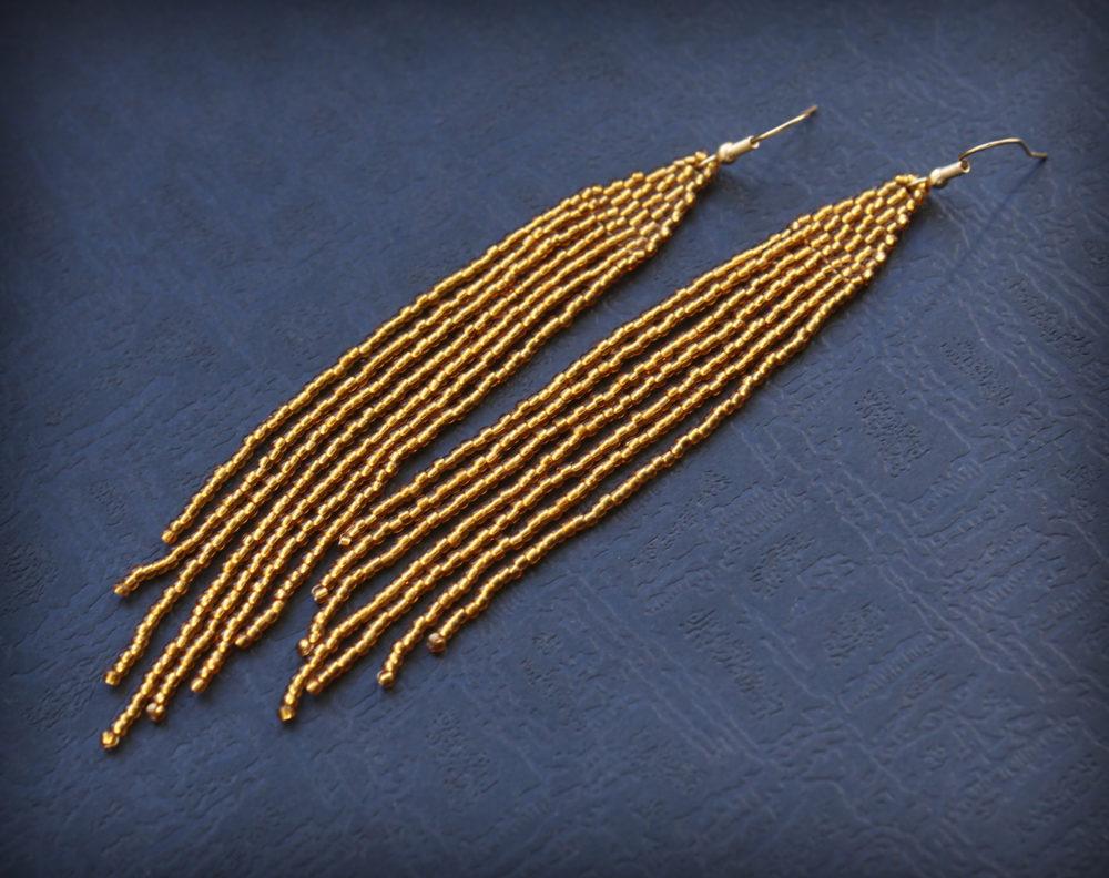 Стильные висячие серьги из золотистого бисера