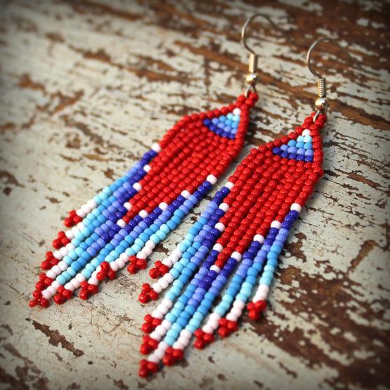 красные с синим серьги из бисера с белым