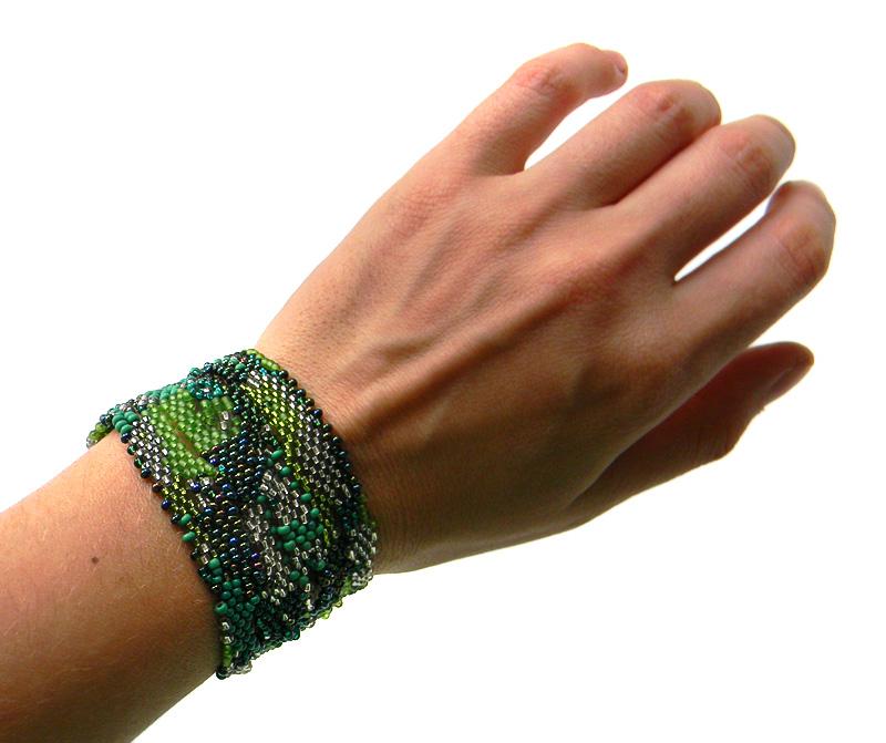 браслет зеленого цвета
