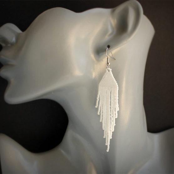 купить длинные висячие белые сережки из бисера украшения