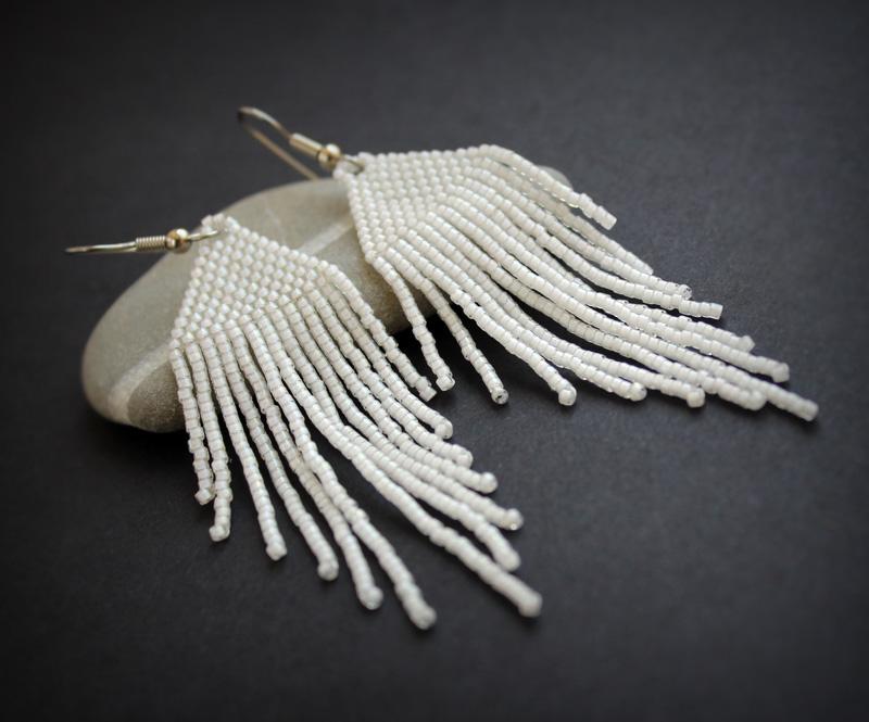 бисерные сережки белого цвета