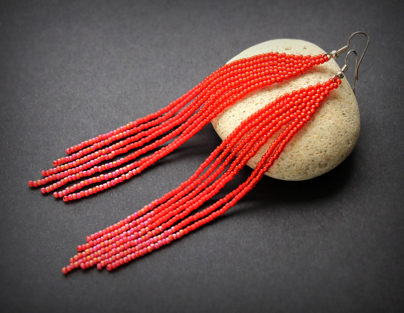 длинные красные серьги из бисера с бахромой