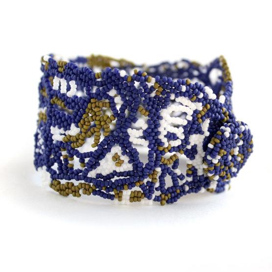 купить Широкий ажурный фриформ-браслет из бисера темно синего цвета