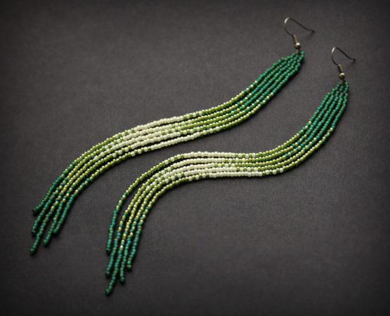 купить длинные бисерные серьги зеленого цвета длиной до плеч