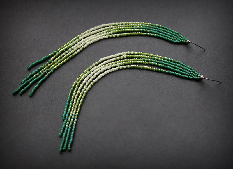 купить длинные бисерные серьги висюльки с бахромой зеленые с салатовым