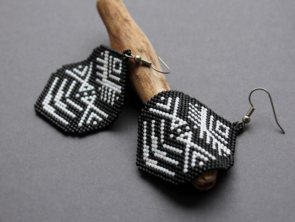 Крупные контрастные черно-белые серьги ручной работы в этническом стиле