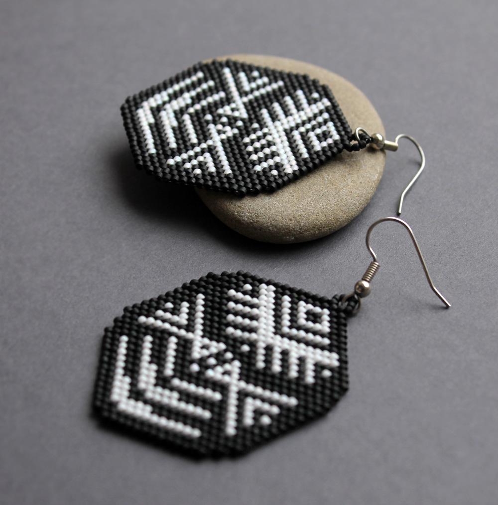 Крупные черно-белые сережки из бисера с авторским орнаментом в стиле этно