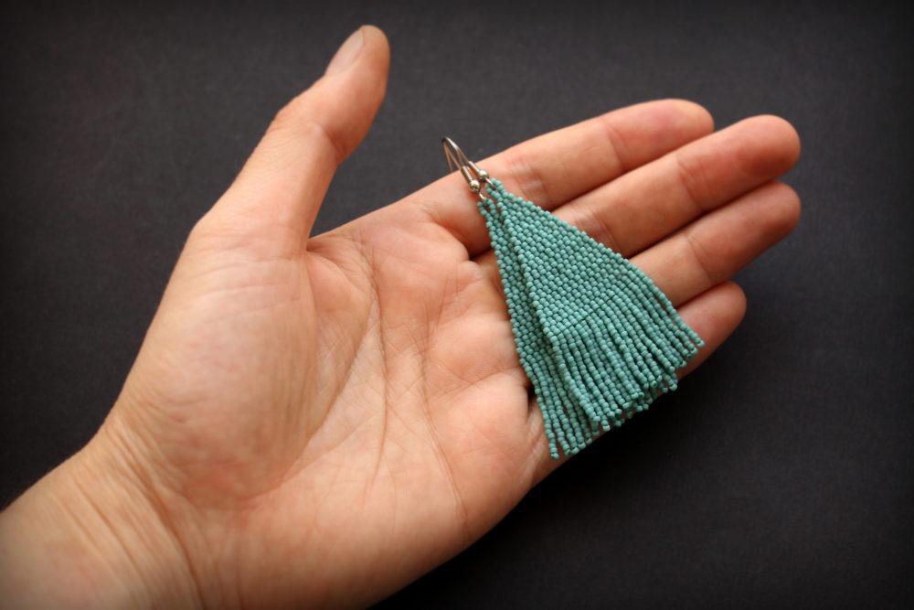 однотонные бисерные сережки с бахромой бирюзового цвета купить