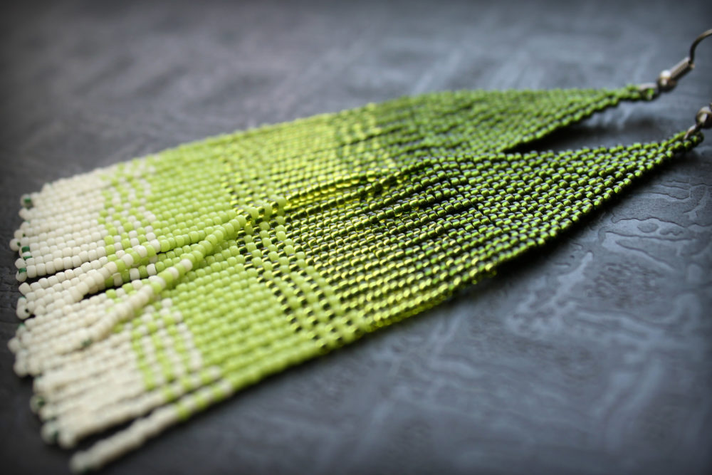 Крупные зелёные серьги из бисера