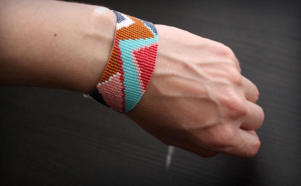 браслет с абстрактным геометрическим орнаментом