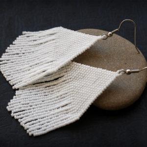 Крупные белые серьги из бисера в стиле бохо