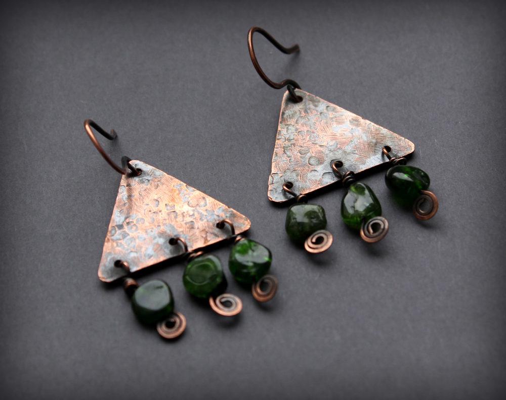 купить треугольные серьги с висюльками камнями
