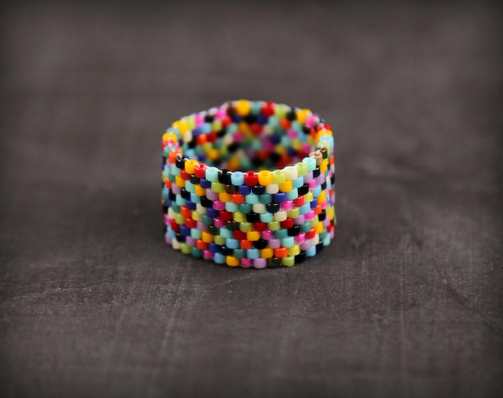 Разноцветное кольцо из бисера